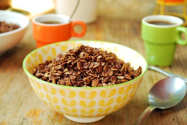 Cereal de chocolate, sin azucares refinadas, con avena y una variedad de semillas las cuales aportan muchísimos nutrientes. Una receta fácil de hacer y deliciosa.