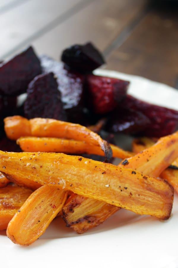 Estás zanahorias y betabeles horneados son uno de los platillos más espectaculares qué hay, además son super fáciles de hacer.