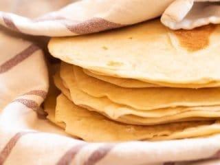 Tortillas de harina envueltas en un repasador