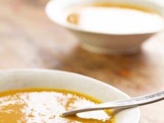 Crema de zanahoria servida en un plato hondo