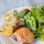 plato servido con un meslo de pollo y ensalada